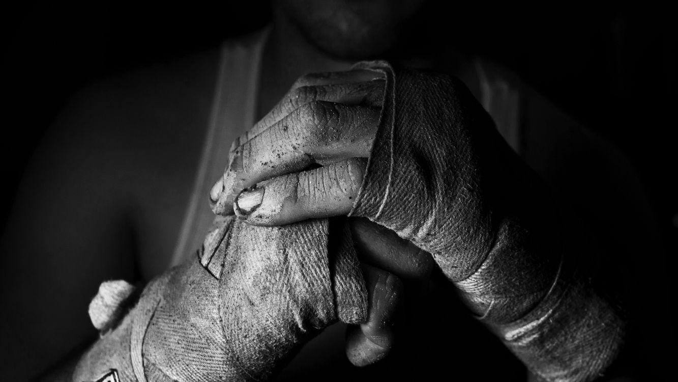 Фото бесплатно боец, руки, в грязи, в земле, обмотаны, тканью, мужчины, мужчины
