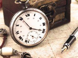 Бесплатные фото часы,перо,сундучок,стол,разное