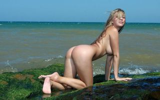 Фото бесплатно april, блондинка, beautiful, beauty, gorgeous, rocks, beach, water, waves, splash, wet, сексуальная, woman, модель, body, breasts, nipples, попка, april e, эротика