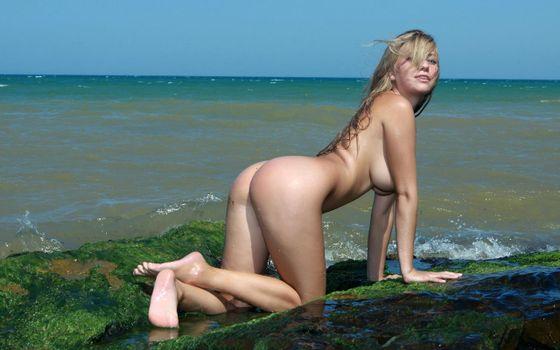 Бесплатные фото april,блондинка,beautiful,beauty,gorgeous,rocks,beach,water,waves,splash,wet,сексуальная