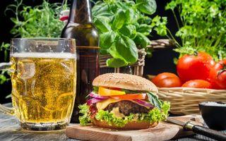 Бесплатные фото чизбургер,стол,пиво,помидоры,мясо,булка,бутылка