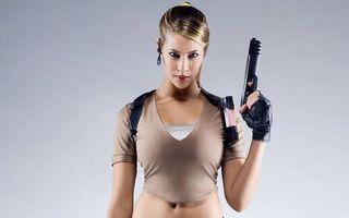 Фото бесплатно девушка, пистолет, шатенка