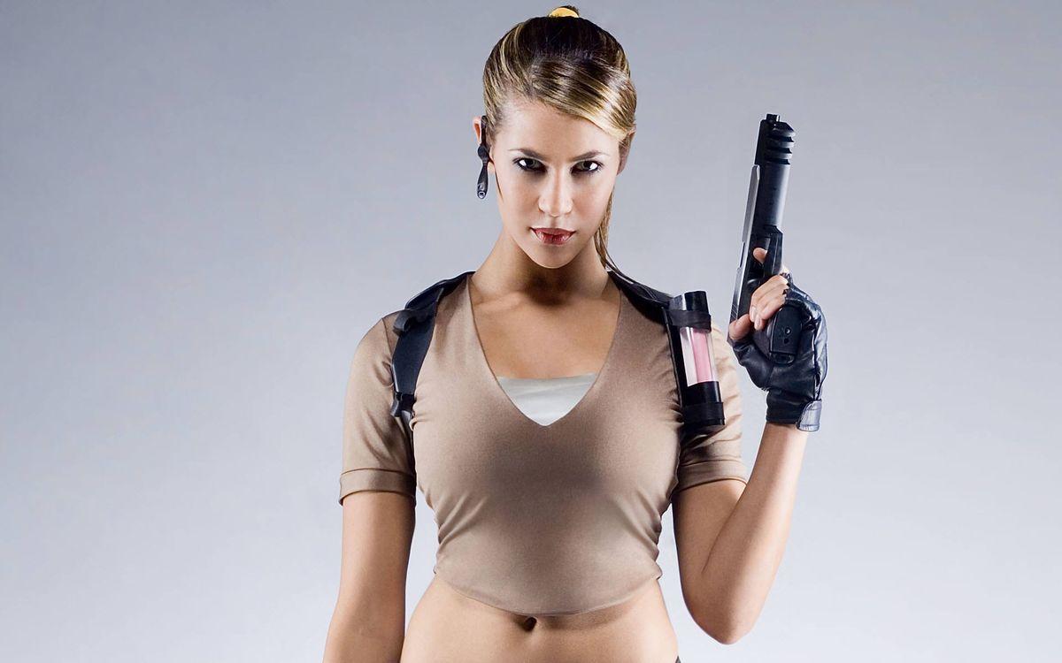 Фото бесплатно девушка, пистолет, шатенка - на рабочий стол