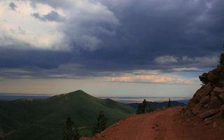 Фото бесплатно гора, холм, трава, небо, тучи, непогода, лето, дорога, песок, пейзажи
