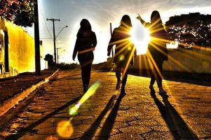 Бесплатные фото город,улица,солнце,лучи,девушки,прогулка