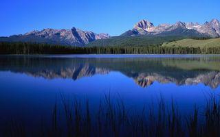 Бесплатные фото озеро,отражение,горы,скалы,лес,трава,небо