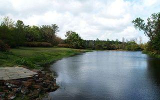 Фото бесплатно озеро, река, вода, отражение, трава, берег, камни, лето, деревья, парк, лес, небо, тучи, природа, пейзажи