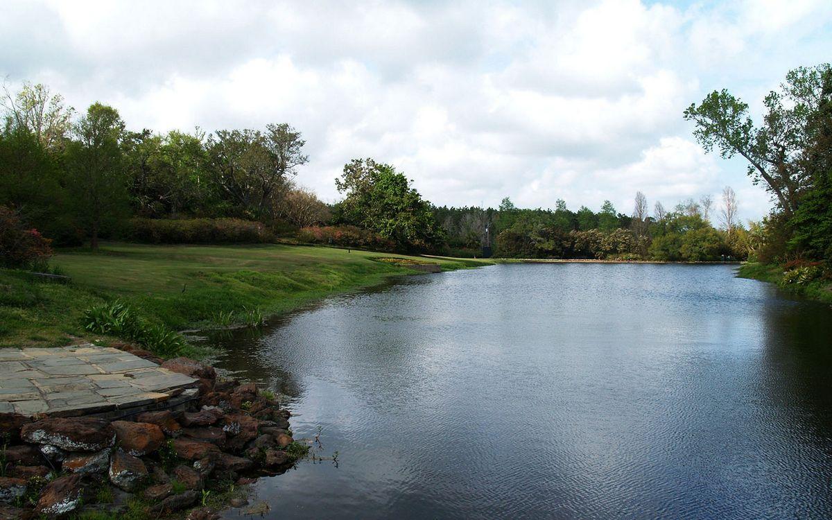 Фото бесплатно озеро, река, вода, отражение, трава, берег, камни, лето, деревья, парк, лес, небо, тучи, природа, пейзажи, пейзажи