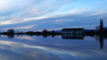 Бесплатные фото река, вода, небо, облака, дом, деревья, горы