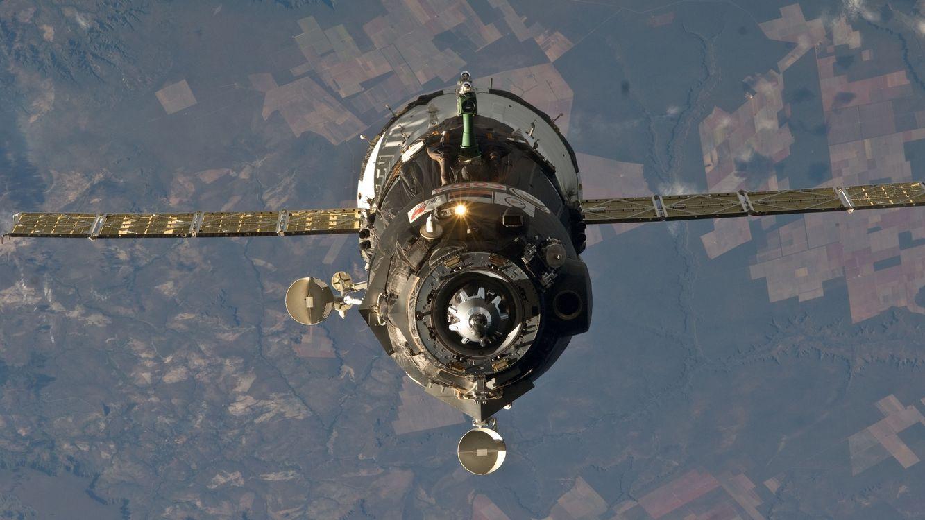Картинка спутник, крылья, высоко, свет, земля, антены, космос на рабочий стол. Скачать фото обои космос