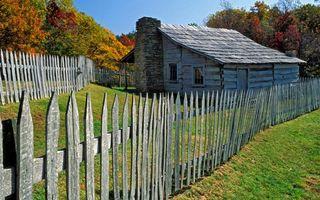 Фото бесплатно дача, забор, дом, деревня, газон, трава, деревья, очень, листопад, природа, пейзажи