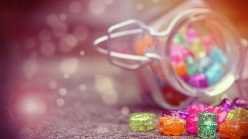 Бесплатные фото игрушки,банка,разноцветные,маленькие,фигурки,емкость,стол