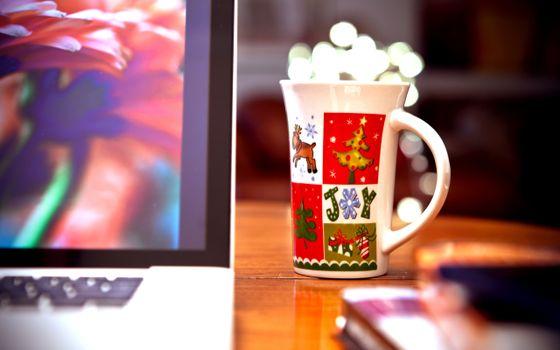 Бесплатные фото кружка,новогодняя,елка,олень,рисунок,снежинки,белый,цвет,монитор,компьютер,заставка,комната