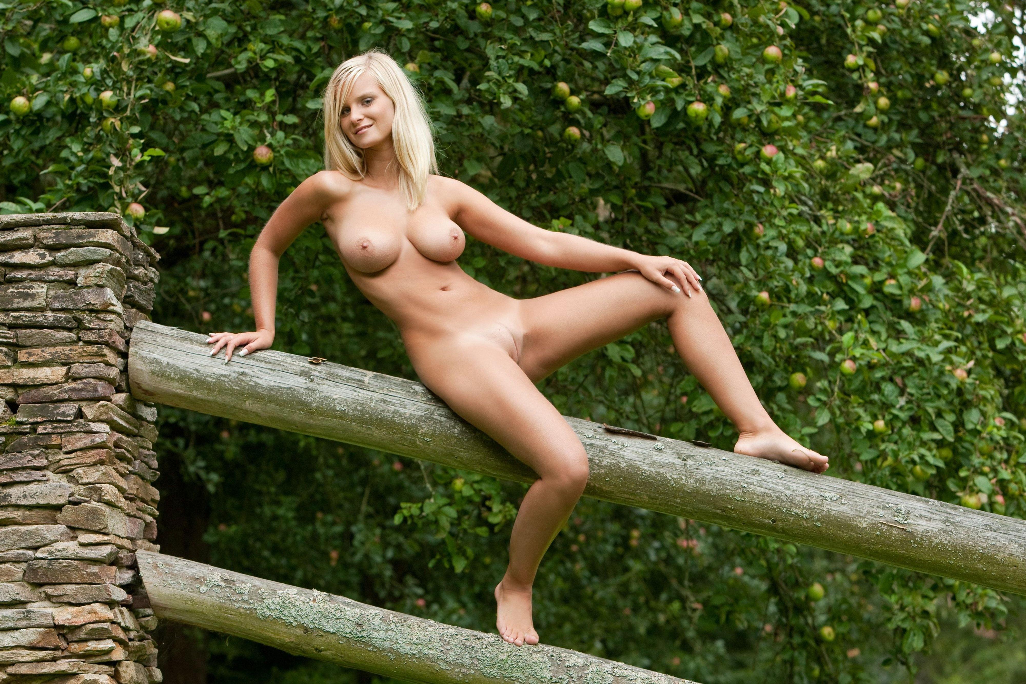 seks-na-dache-u-blondinki
