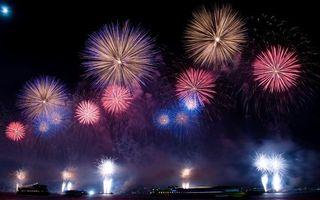 Фото бесплатно ночь, салют, дым, огни, луна, звезды, праздники