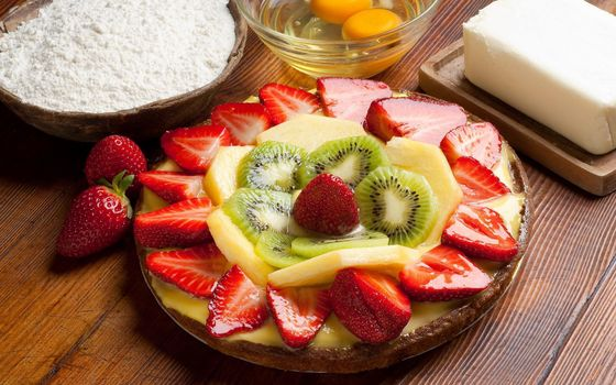 Фото бесплатно пирог, торт, ягоды, фрукты, киви, клубника, банан, стол, яйца, мука, еда