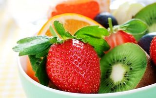 Photo free plate, strawberry, kiwi