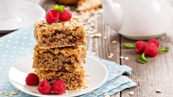 Бесплатные фото торт,малина,розовая,тарелка,листья,чайник,еда