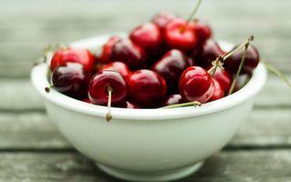 Бесплатные фото вишня,спелая,красная,миска,лежит,десерт,ветки