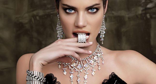 Фото бесплатно девушка, модель, взгляд, украшения, колье, сережки, браслет