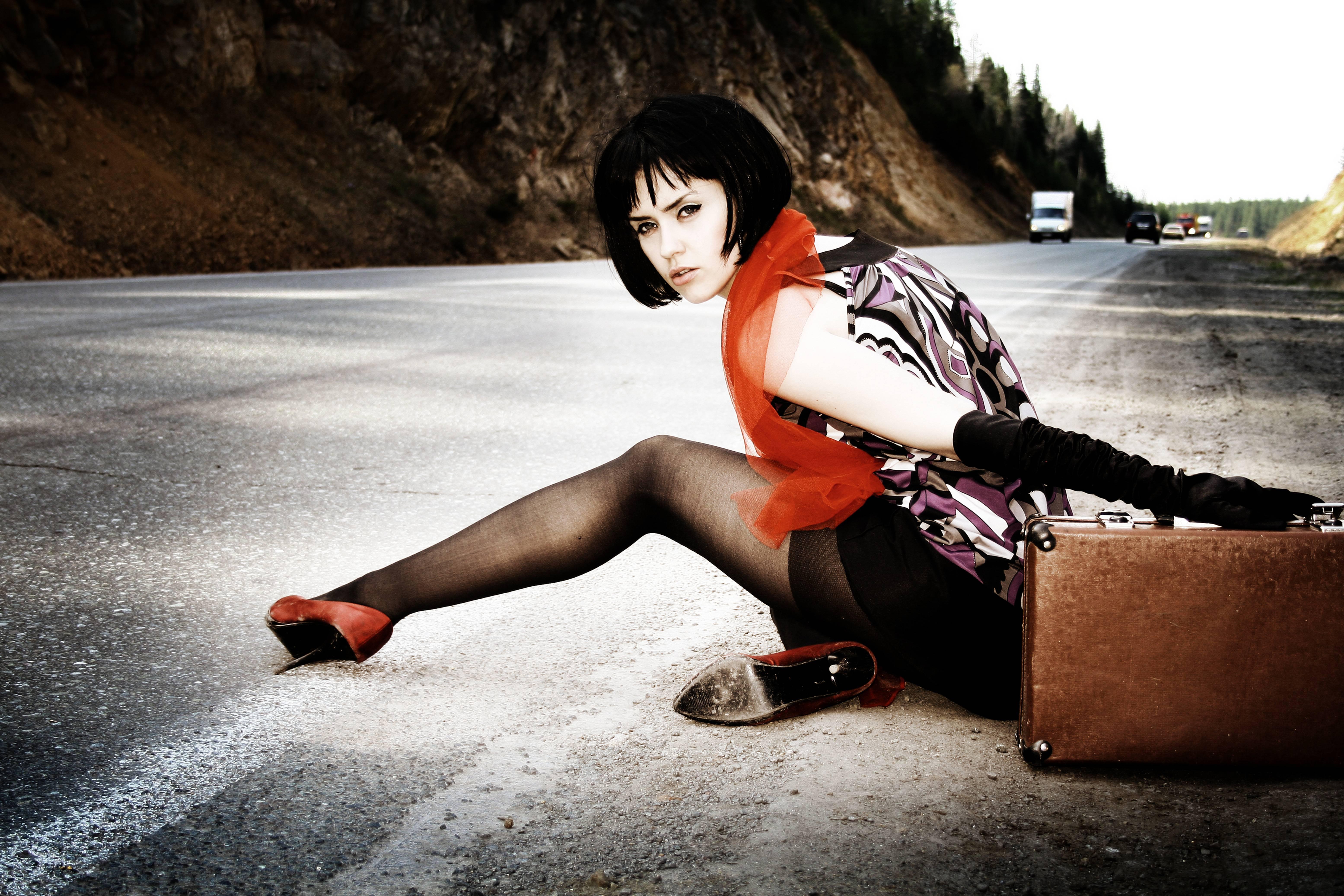 обои девушка, красотка, дорога, автостоп картинки фото