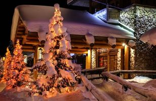 Бесплатные фото загородный дом,елка,сугробы,дача,настроение,праздник