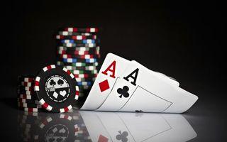 Фото бесплатно покер, карты, тузы, фишки, поверхность, отражение
