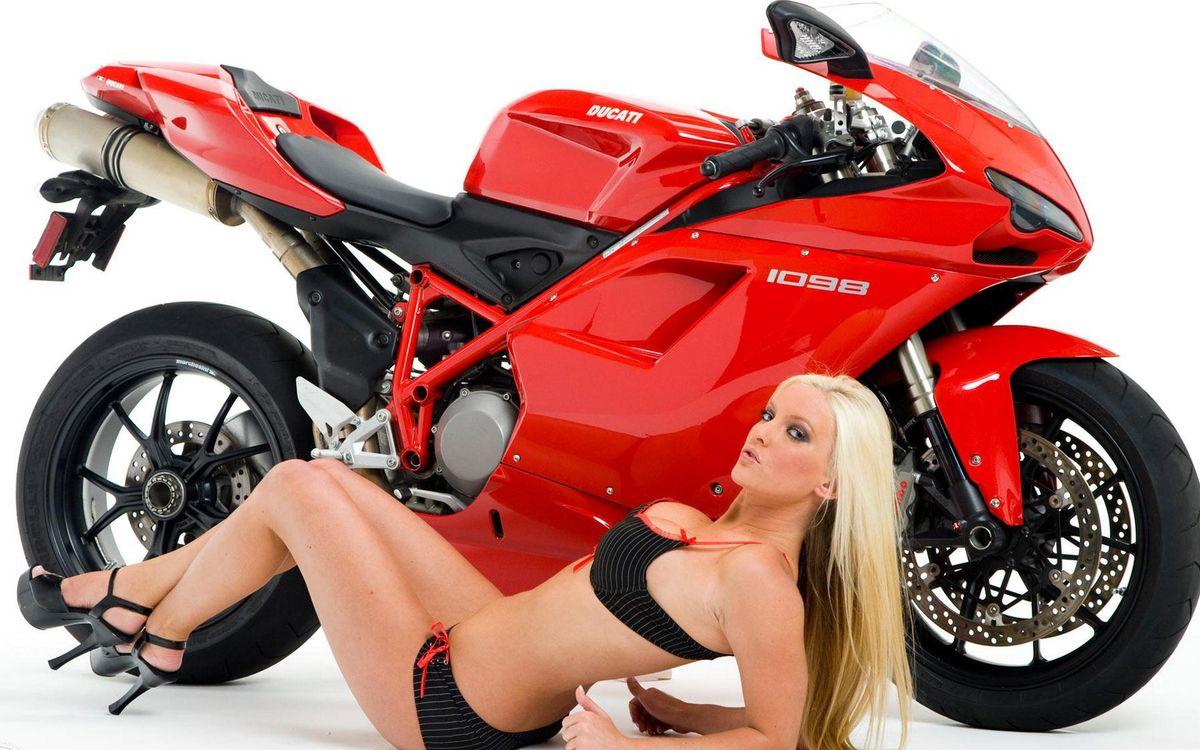 Фото бесплатно дукати, спортбайк, красный, девушка, блондинка, купальник, мотоциклы