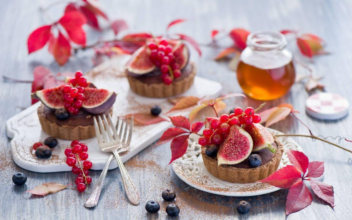 Картинка пирожное, корзиночки, инжир, смородина красная, баночка, мед, листья, вилки, доска на рабочий стол. Скачать фото обои еда
