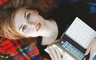 Бесплатные фото девушка, лежит, конопатая, глаза, взгляд, губы, книга
