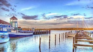 Обои река, пирс, лодки, яхты, трамвайчики, берег, строение