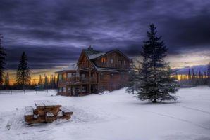 Бесплатные фото старый дом,загородный дом,зима,сугробы,елки,скамейка