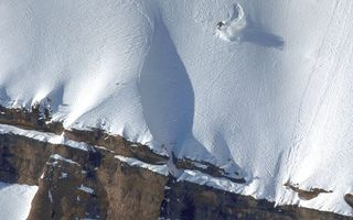 Бесплатные фото горы,обрыв,камни,снег,сноубордист,скорость