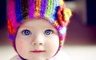 Фото бесплатно ребенок, шапочка цветная, глаза голубые