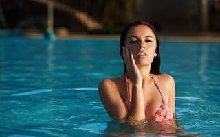 Бесплатные фото брюнетка,купальник,розовый,глаза,губы,бассейн,девушки