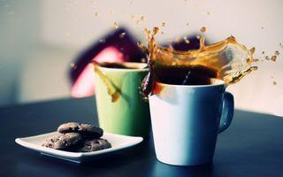Обои чашки, кофе, черный, брызги, капли, блюдце, печенье, напитки
