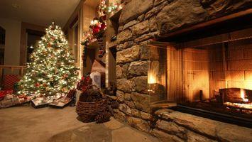 Бесплатные фото елка,гирлянды,огноньки,подарки,конверты,гостиная,камин