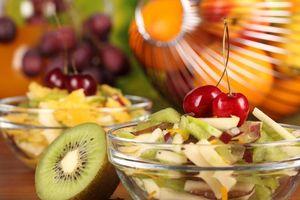 Бесплатные фото фрукты,салат,киви,вишня,тарелка,миска,стол