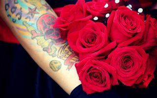 Обои розы, рука, тату, череп, рисунок, кости, карты, букет, стиль, цветы