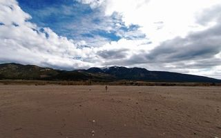 Бесплатные фото берег,пляж,песок,камни,небо,облака,человек