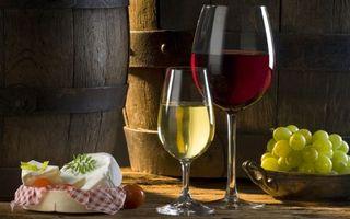 Фото бесплатно бокалы, вино, красное, белое, виноград, бочки, сыр, напитки