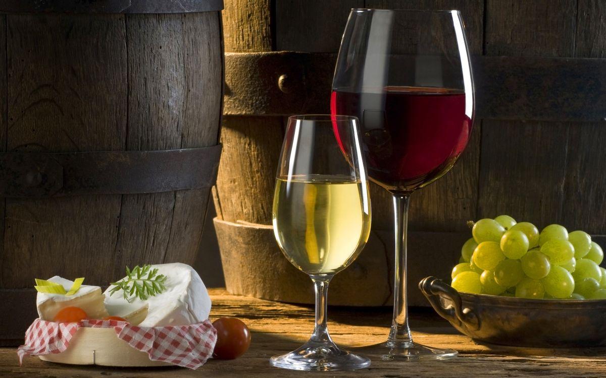 Фото бесплатно бокалы, вино, красное, белое, виноград, бочки, сыр, напитки, напитки