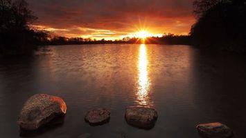 Бесплатные фото деревья,озеро,камни,отражение,солнце,закат,небо