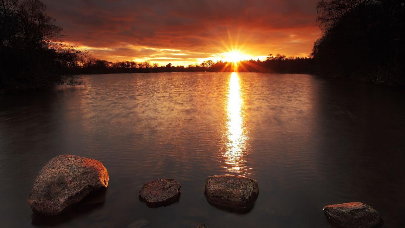 Фото бесплатно деревья, озеро, камни, отражение, солнце, закат, небо, облака, природа, природа