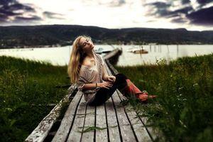 Бесплатные фото девушка,волосы,прическа,дорожка,трава,озеро,вода