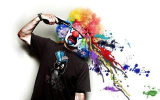 Бесплатные фото клоун,выстрел,краски,пистолет,майка,нос,волосы
