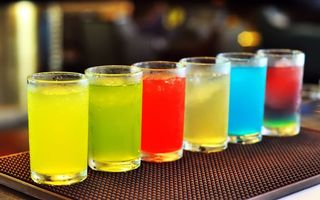Фото бесплатно коктейль, стол, бар, алкоголь, напиток, желтый, зеленый, красный, белый, голубой, розовый, лед, холодный, стакан, напитки