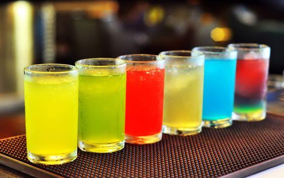 Фото бесплатно коктейль, стол, бар, алкоголь, напиток, желтый, зеленый, красный, белый, голубой, розовый, лед