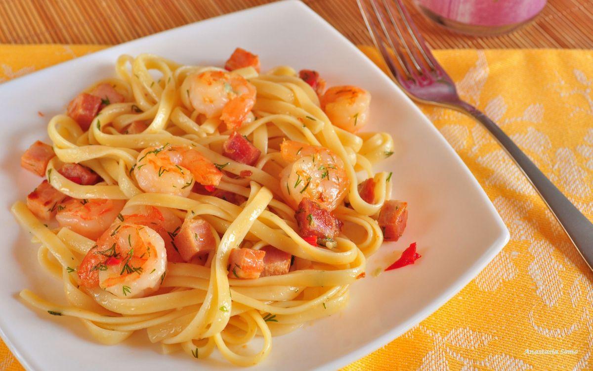 Фото бесплатно паста, лапша, макароны, креветки, соус, укроп, зелень, тарелка, вилка, стол, салфетка, мясо, еда, еда