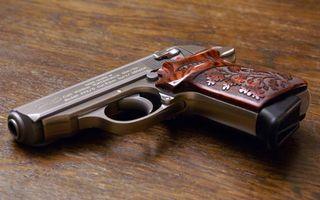 Бесплатные фото пистолет,курок,рукоятка,гравировка,стол,рисунок,оружие
